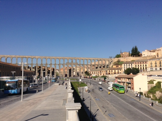 Celkový pohled na akvadukt ve městě Segovia, Španělsko.