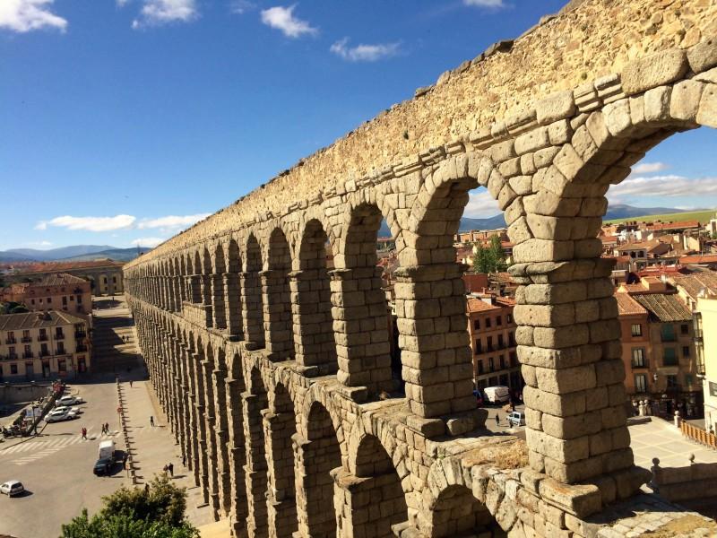 Nádherný akvadukt ve městě Segovia, Španělsko.