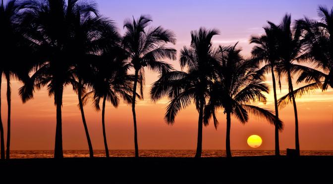 Západ slunce na Havaji. Big Island, Anaehoomalu Bay