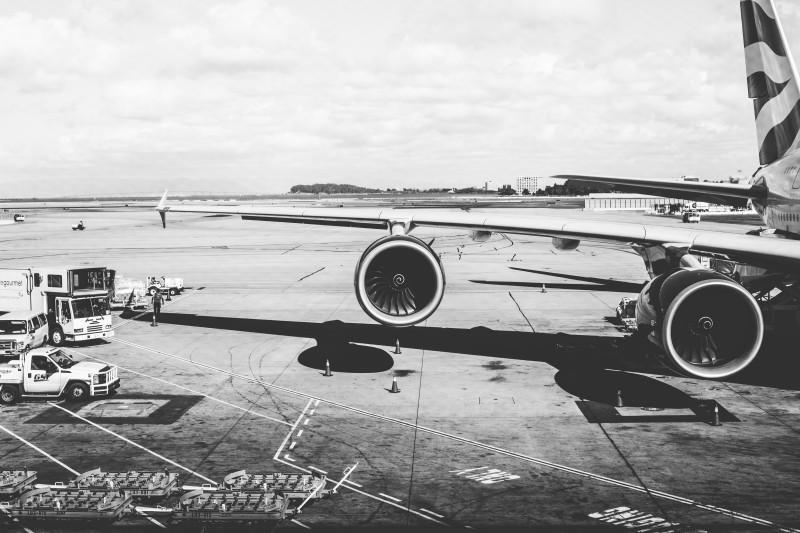 Odškodnění za zpožděný let – pohled na motory na křídle letadla.
