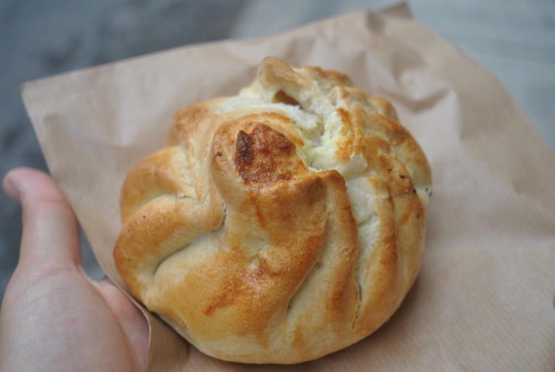 Místní fast food - qassata plněná sýrem ricotta