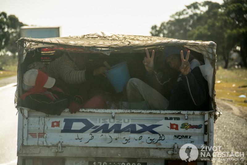 Fotoreport z cesty napříč Tuniskem – lidé na korbě v autě.