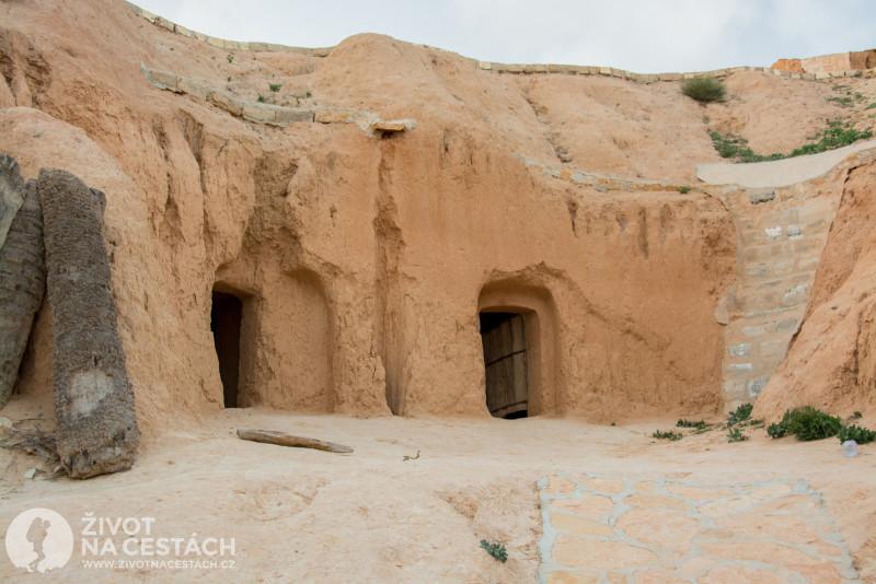 Fotoreport z cesty napříč Tuniskem – Obydlí troglodytů jsou vydlabaná ve skalách.