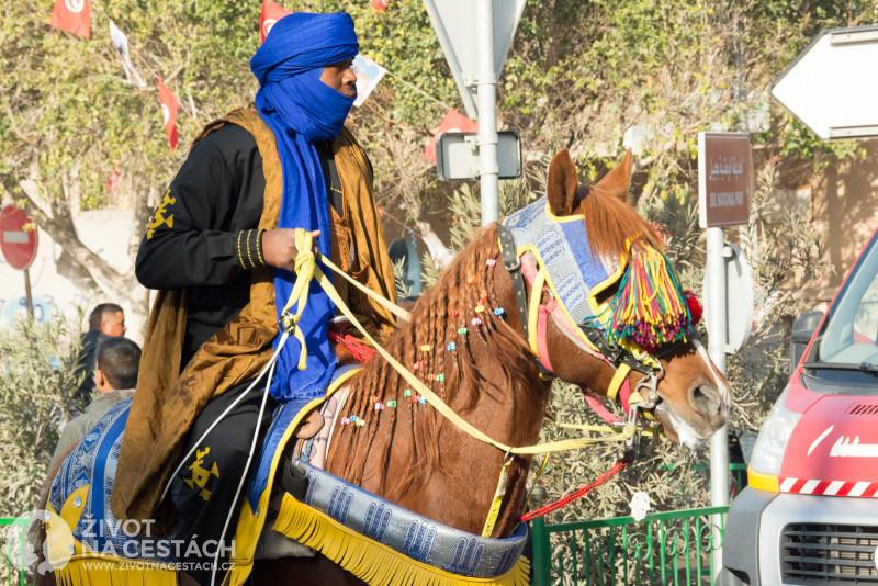 Fotoreport z cesty napříč Tuniskem – Berbeři v tradičních krojích a na nazdobených koních se pomalu sjížděli ve městě k zahájení festivalu.