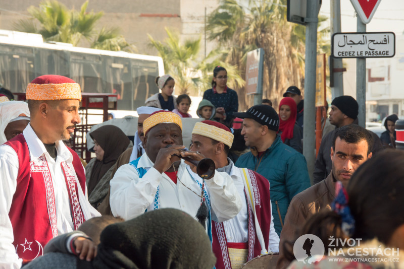 Fotoreport z cesty napříč Tuniskem – Kapela spolu s mažoretkami pomalu prochází městem směrem k náměstí, kde bude oficiálně zahájen 49. ročník Mezinárodního festivalu Sahary.