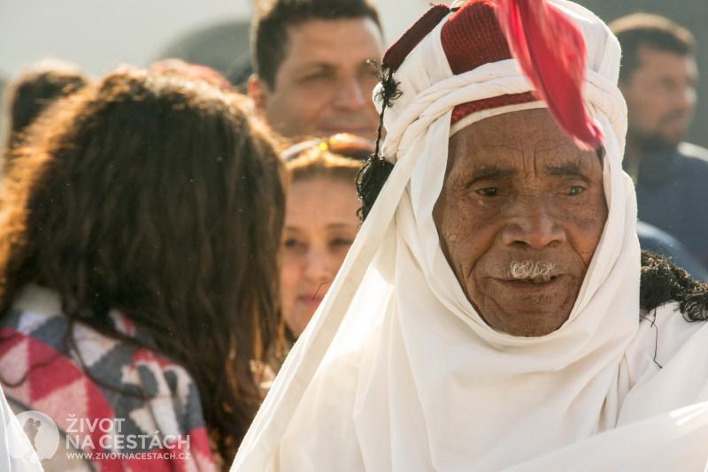 Fotoreport z cesty napříč Tuniskem – Jeden z členů tanečního souboru.