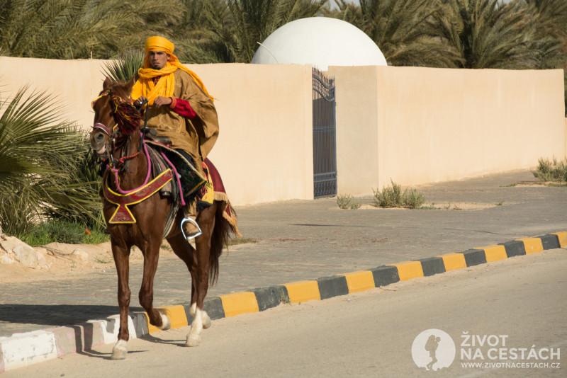 Fotoreport z cesty napříč Tuniskem – Další jezdec míří směrem na place H´nich.