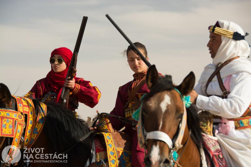 Fotoreport z cesty napříč Tuniskem – Mezi jezdci na koních jsou i ozbrojené ženy.