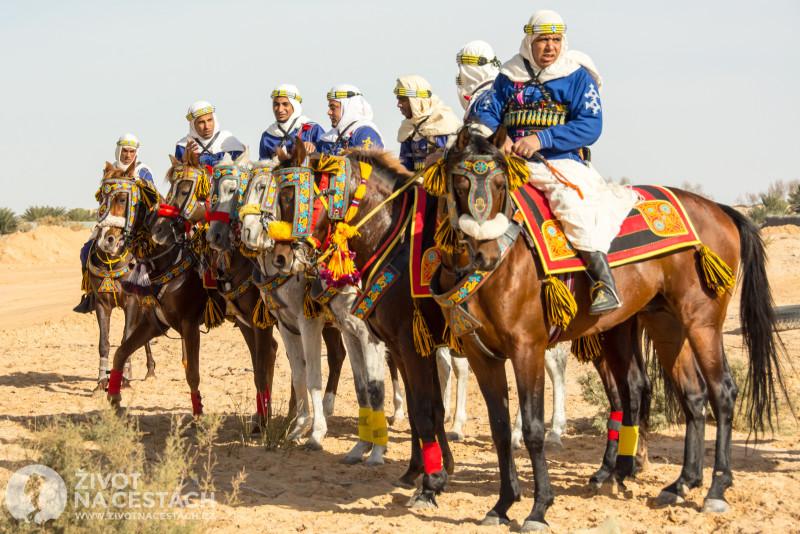 Fotoreport z cesty napříč Tuniskem – Skupina Berberů čeká připravena na své vystoupení.