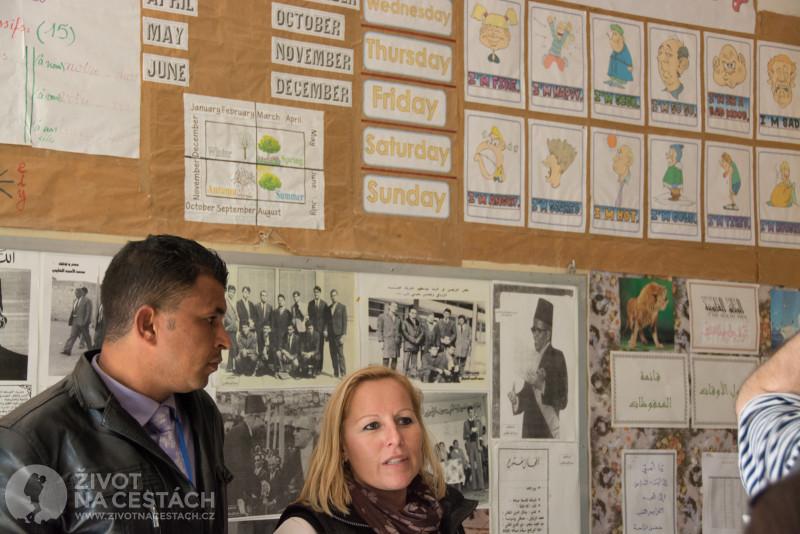Fotoreport z cesty napříč Tuniskem – V místní škole mají třídu vyzdobenou anglickými obrázky, názvy dnů a frázemi.