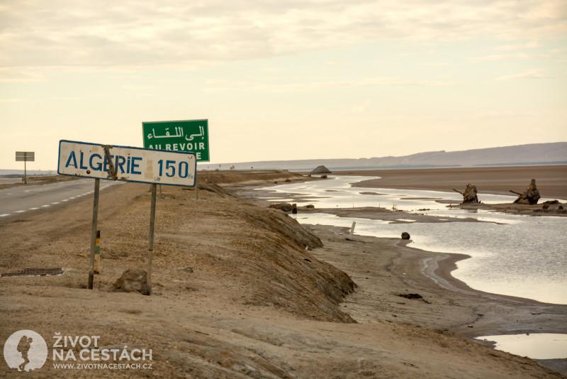 Fotoreport z cesty napříč Tuniskem – U solného jezera Chott el Djerid informuje cedule o vzdálenosti pouhých 150 km od Alžírska.