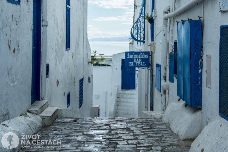 Fotoreport z cesty napříč Tuniskem – Jedna z mnoha kouzelných uliček v Sidi bou Said.
