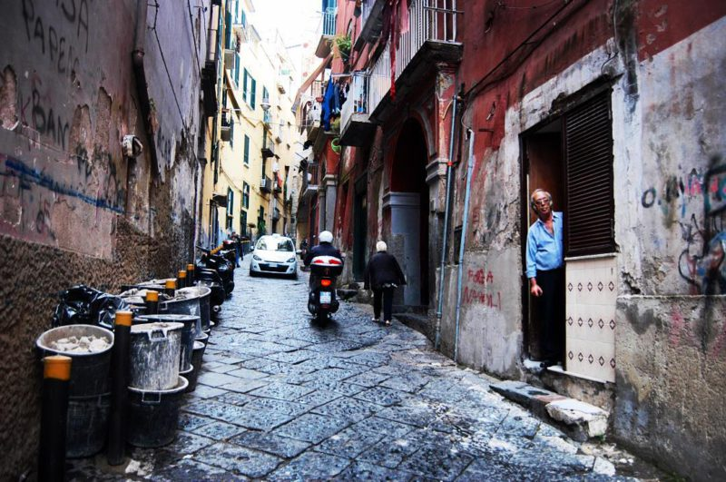 """I, Cycleast – Matěji Balga: Jelikož přízemní byty v Neapoli, kterým se říká """"Bassi"""", nemají okna, dveře zůstávají obvykle po celý den otevřené a obývací prostor se tak rozšíří až na ulici."""