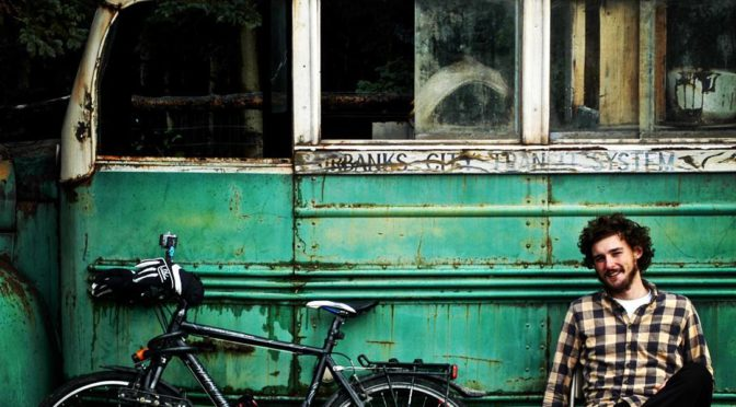 I Cycleast –Matěj Balga před prosluslým autobusem.