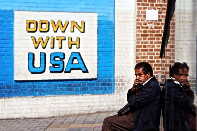 Navzdory propagandistickým nástěnným malbám, které pokrývají zdi bývalého amerického velvyslanectví v Teheránu, drtivá většina Íránců říká, že milují USA a Západ. Zejména ve velkých městech je jednou z nejoblíbenějších volnočasových aktivit tajné promítání zakázaných amerických filmů.
