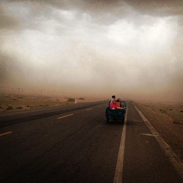 Každý duben a květen zmizí poušť Taklamakan v čínské provincii Xin Jiang pod velkou spoustou písečných bouří. Právě teď probíhá čistá apokalypsa!