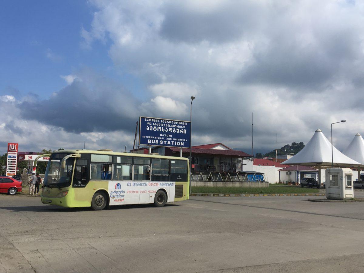 Vjezd na autobusové nádraží v Batumi pro dálkové a mezinárodní spoje