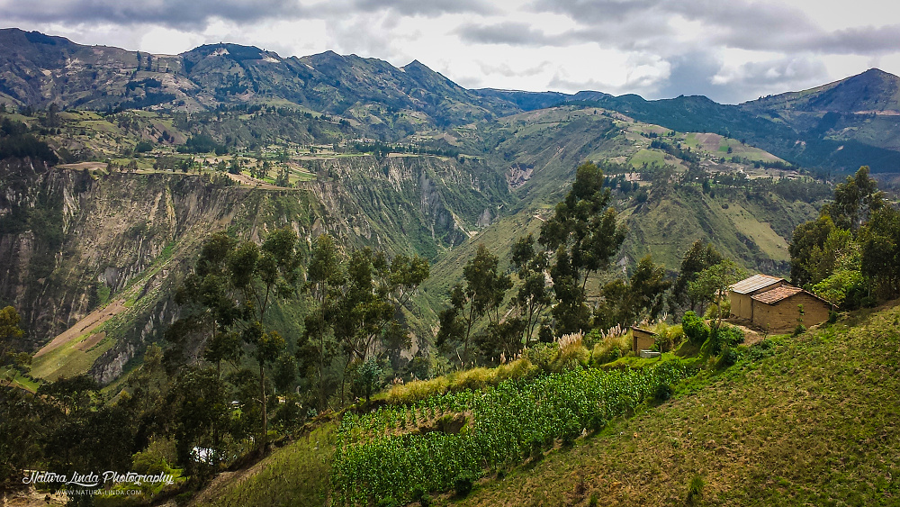 Krajina ekvádorských horských kaňonů s políčkych místních obyvatel.
