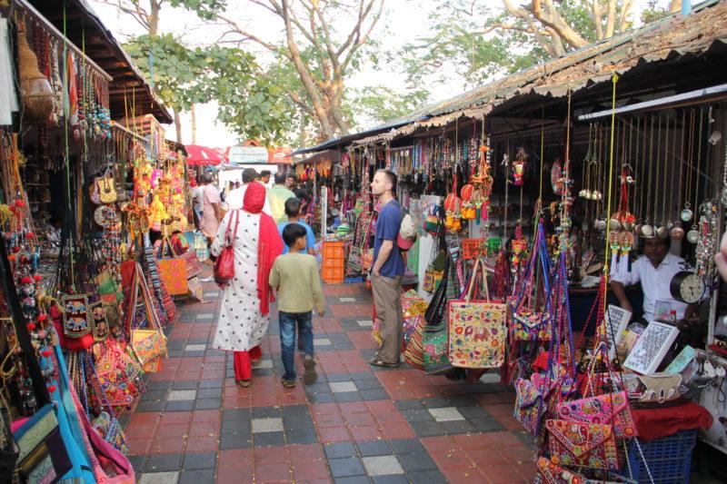 Pouliční stánky plné zbytečného zboží, ale i zajímavých suvenýrů