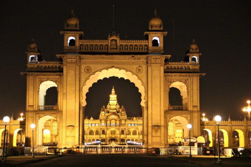 Jedna z bran paláce a za ní samotný Mysore Palace