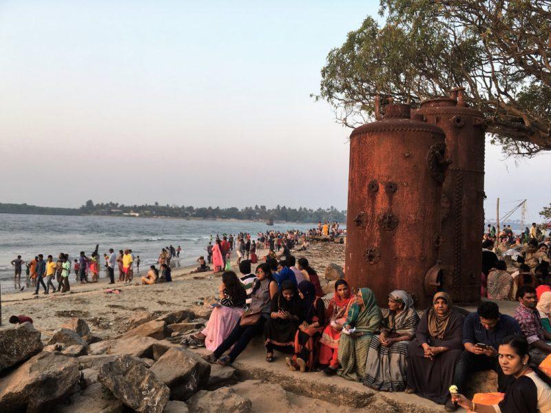 Kochi – pobřeží (vpravo parní kotle)