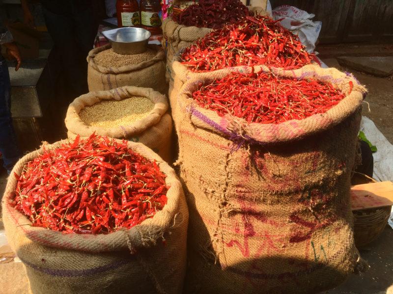 Na trhu nemohou chybět chilli papričky