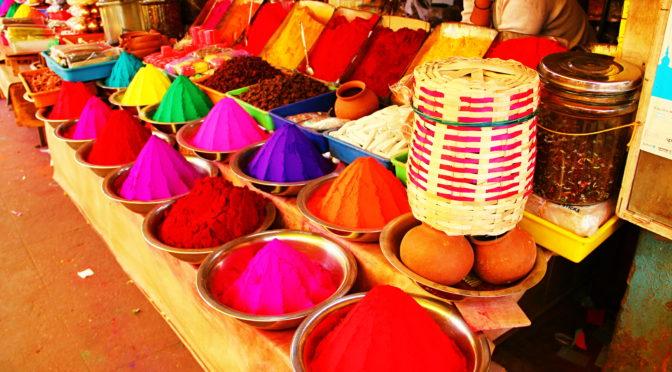 Pestrobarevné trhy Devaraja Market v indickém Mysore