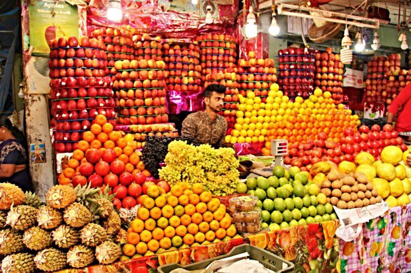 Stánek s ovocem na trhu v Mysore