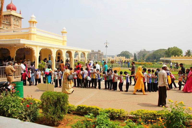 Indické děti se poslušně řadí do fronty před palácem