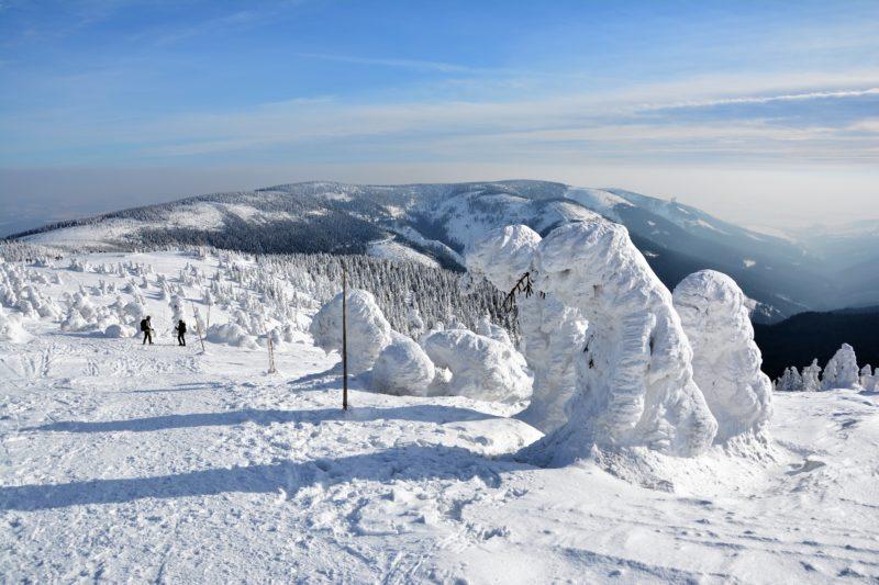 Cestou na vrchol. Vpravo ta malá tečka na hřebeni je Stezka v oblacích na Dolní Moravě.
