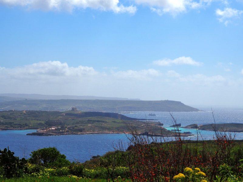 Výhled na Comino a Maltu. Qala, Gozo.