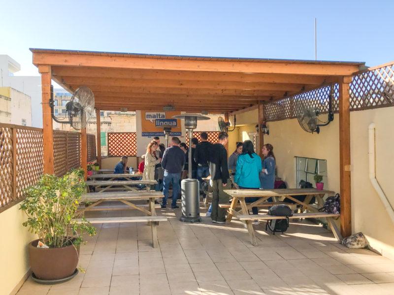Kavárna na střeše školy s dobrým jídlem za pár Euro a výbornou kávou přijde jistě vhod o každé přestávce. :-)