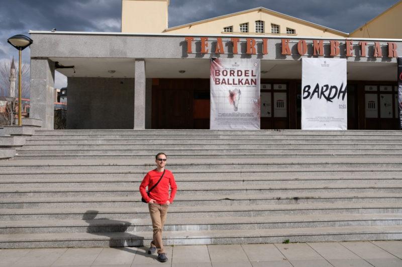 Národní divadlo v Prištině – zrovna byl na programu Bordel Ballkan