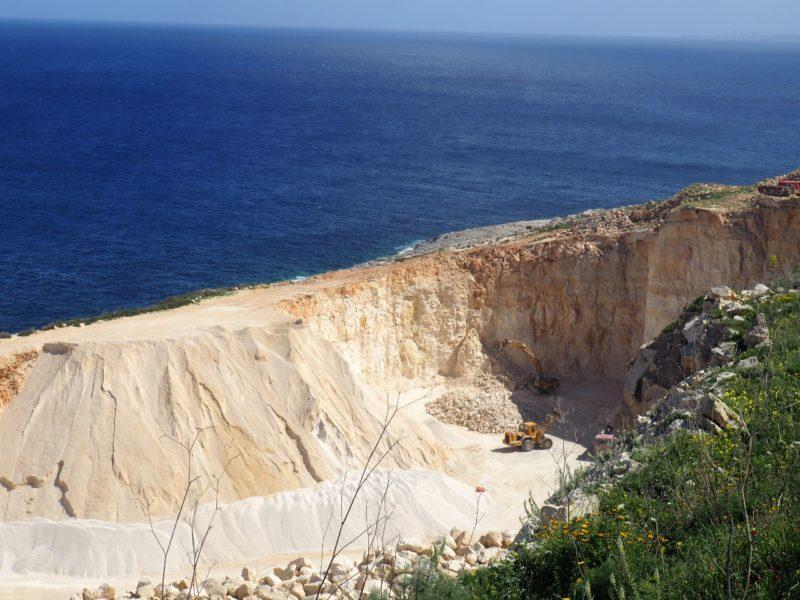 Kamenolom na východě ostrova Gozo.