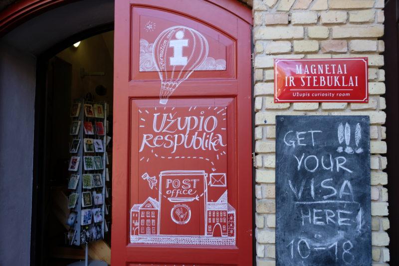 Za těmito dveřmi koupíte užupiské suvenýry, ale dostat tu můžete i republiková víza