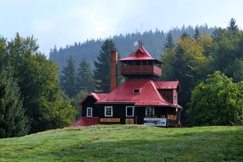 Chata Prašivá s dobře viditelnou věžičkou
