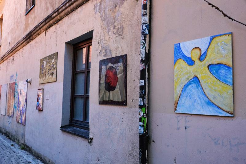 Anděl – symbol čtvrti Užupis (sochu anděla najdete na hlavním náměstí této čtvrti)
