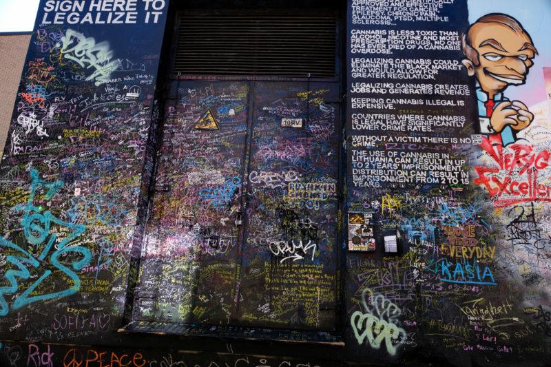 Podepiště se na zeď za legalizaci marihuany