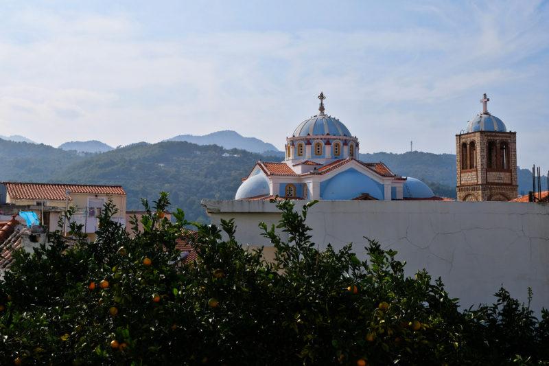 Karlovasi, panorama s pravoslavným kostelem