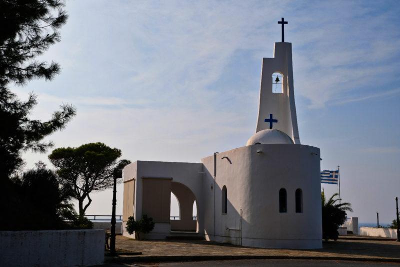 Modernější kostelík na vyhlídce nad plážemi Potami