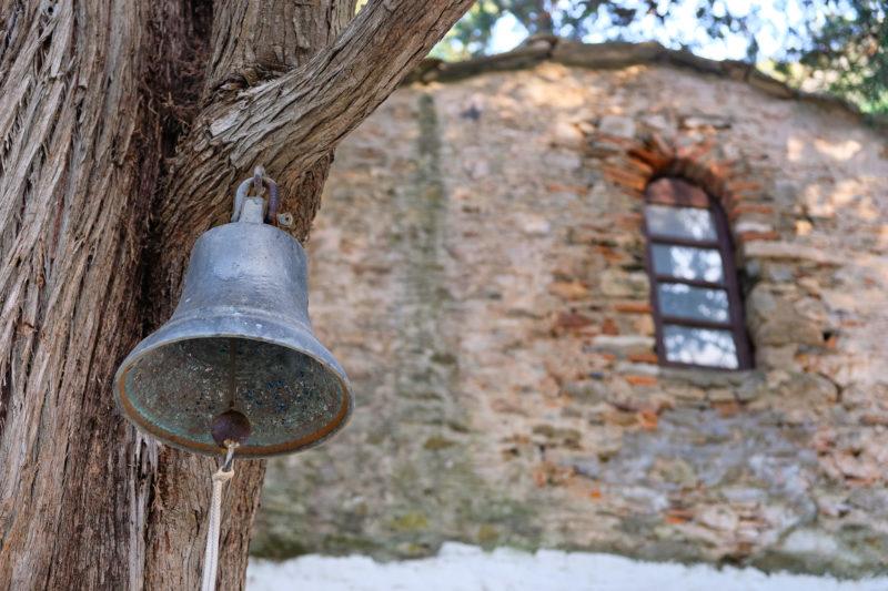 Starobylý kostelík je ukrytý v lese