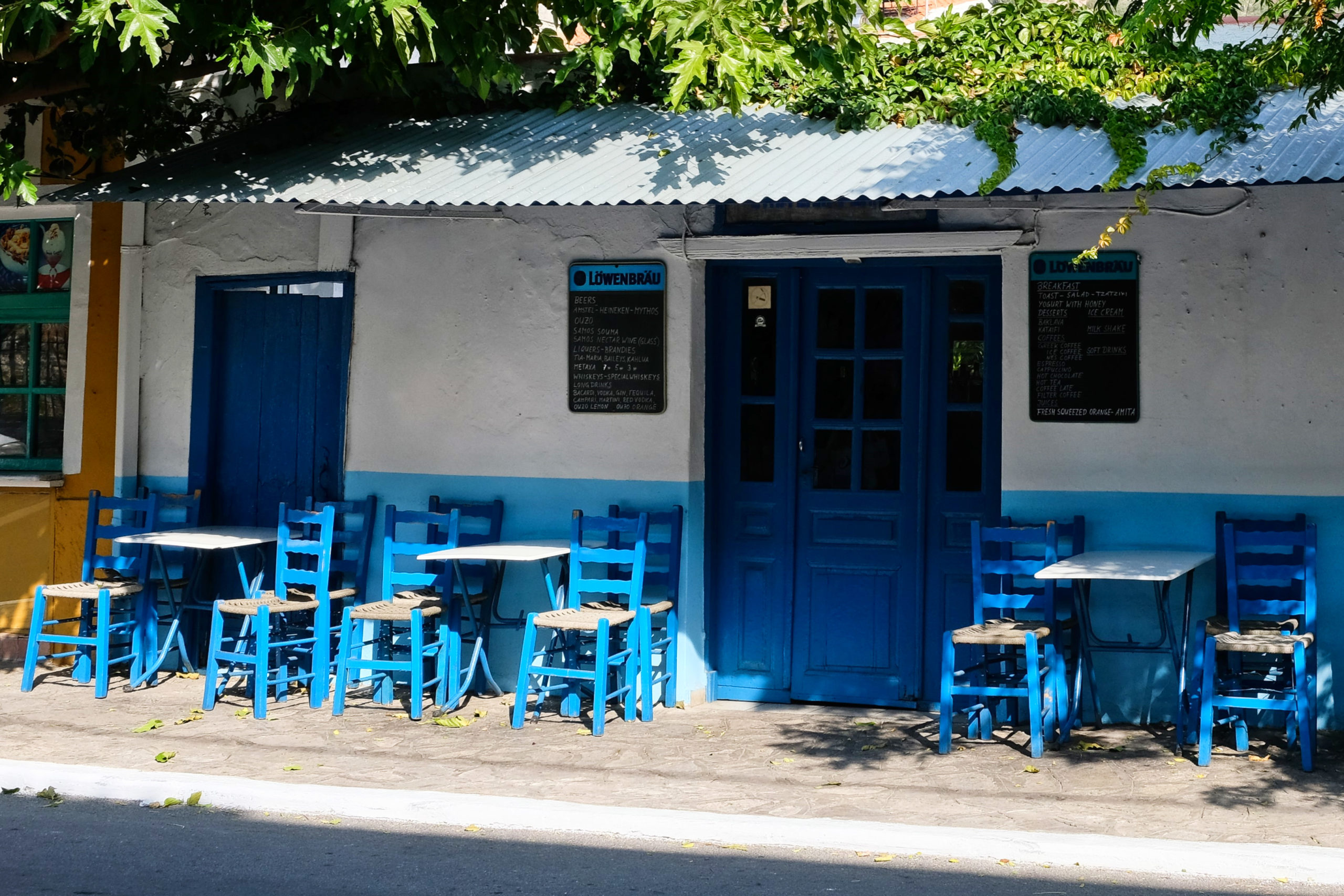 Ve městě je mnoho příjemných restaurací. Město, to je hlavně modrá a bílá.