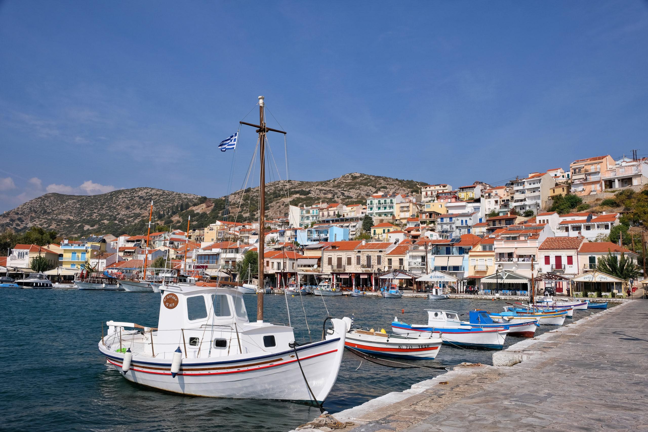 Malebný přístav s nábřežní promenádou