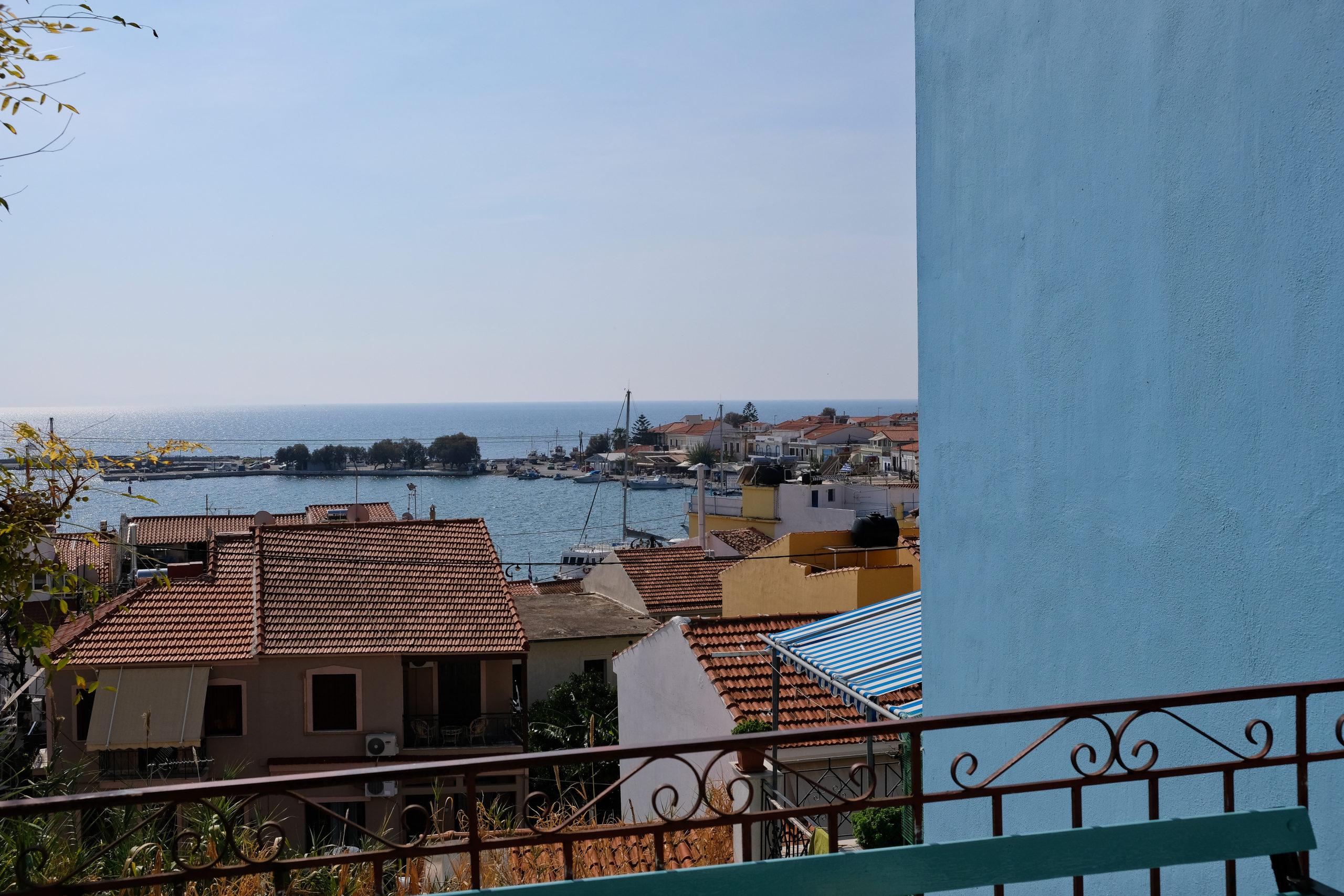 Z vyvýšených uliček se nabízejí krásné výhledy k nábřeží a přístavu