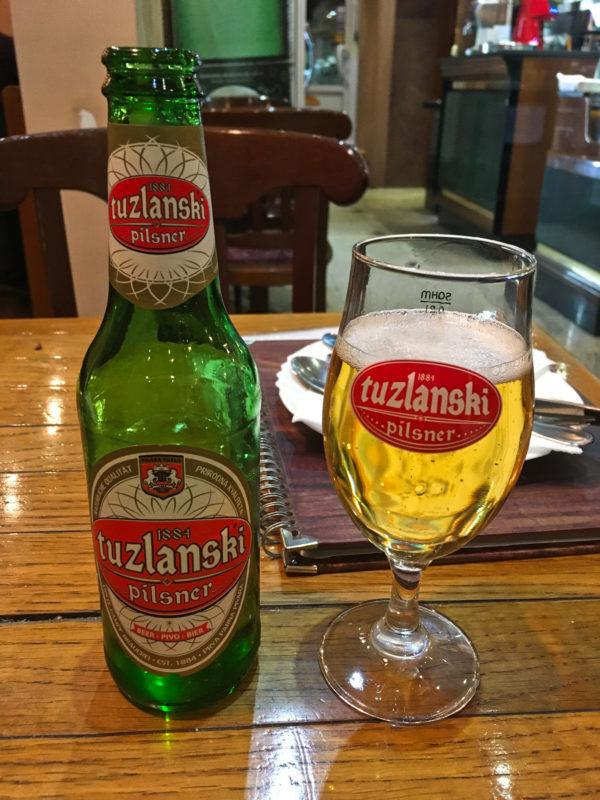 Oběd či večeři můžete spláchnout místním pivem Tuzlanski.