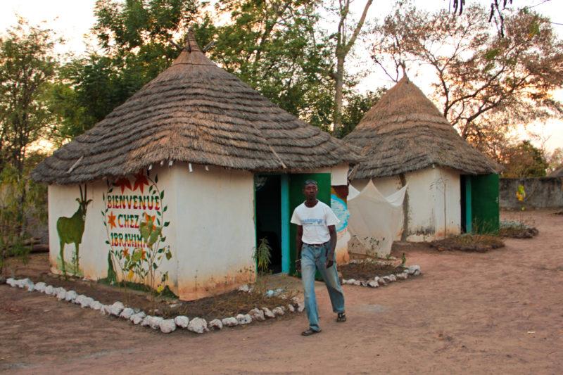 Chatky při vstupu do parku Niokolo Koba