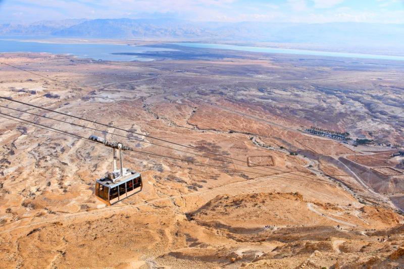 Lanovkou na pevnost Masada, v pozadí Mrtvé moře
