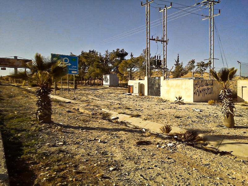 Úschova vaku cca 3 km od letiště v jordánském Ammánu - podél čtyřproudové silnice, kde nebyl ani chodník pro pěší, za zdí vpravo...