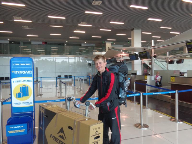 Na letišti s kolem a úsměvem, cyklocestovatel Radomír Čížek.