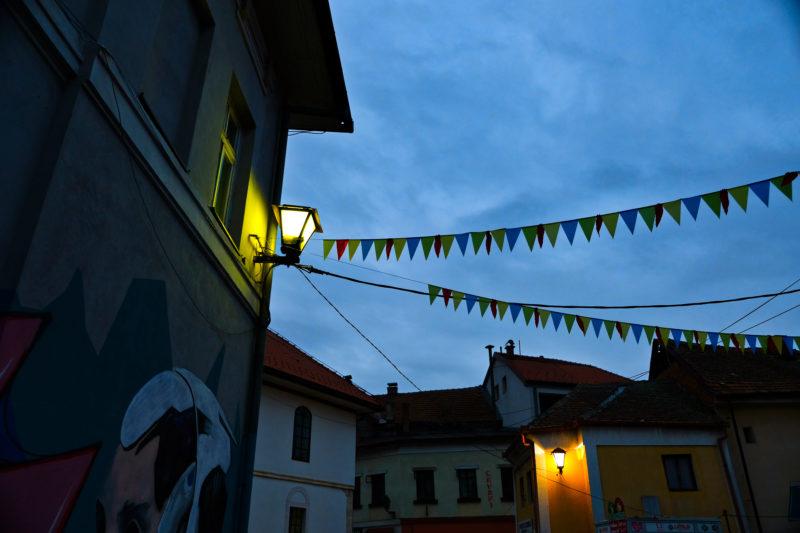 Večerní procházka po pěší zóně v centru Tuzly